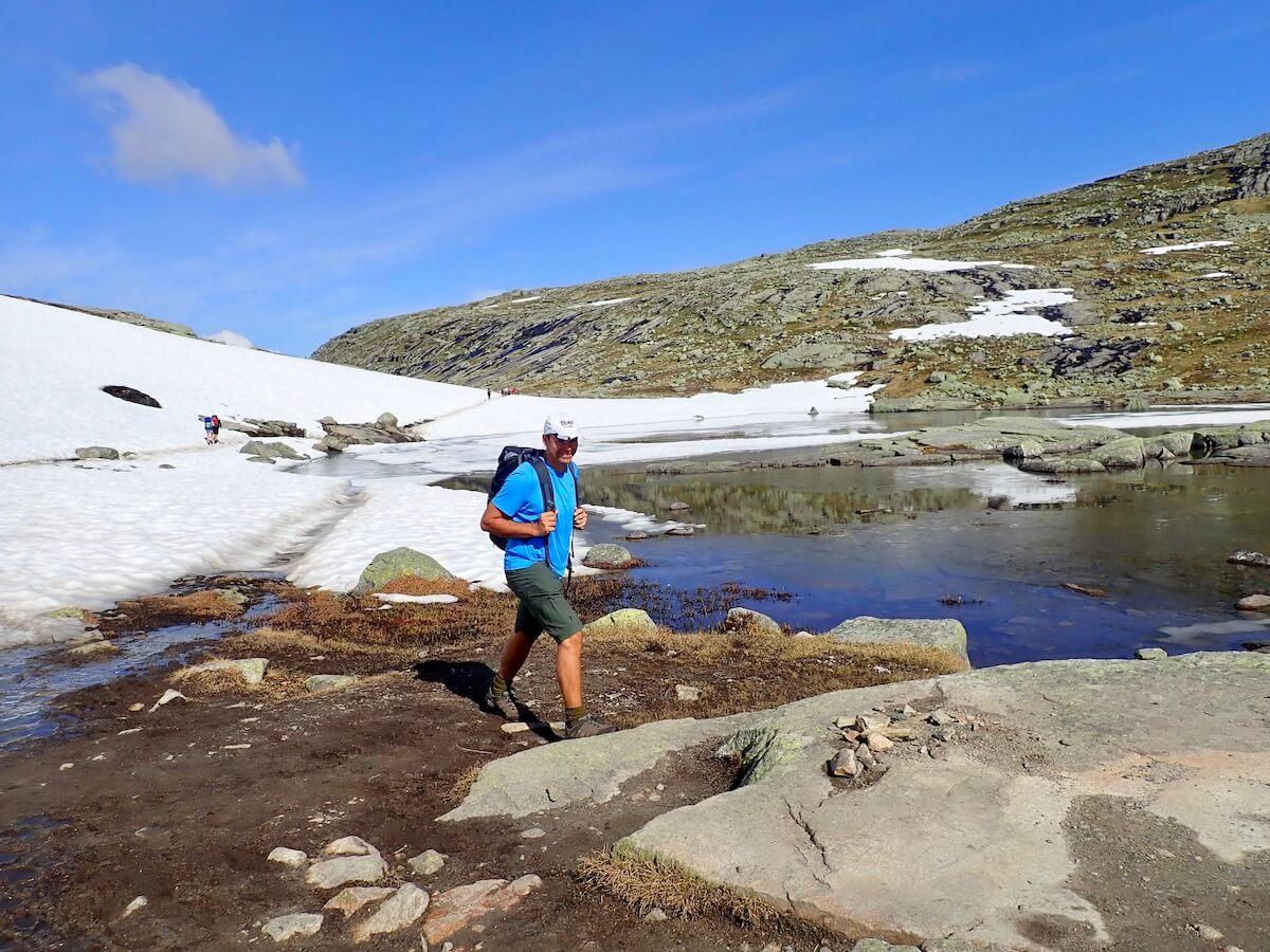 Sjolv langt ut i juni kan det vere sno i fjellet. Hugs aa ta med solbriller og solkrem med høg solfaktor! Foto: Aase Marie Evjen.